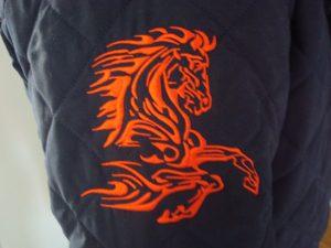 Kunstzinnig oranje paard