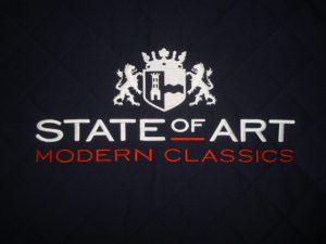 State of art logo op borstformaat navy achtergrond
