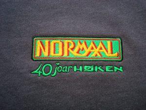 Groen geel logo van Normaal 40 joar hoken