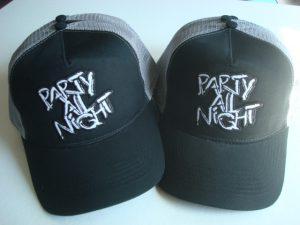 """Zwart grijze caps met geborduurde tekst """"Party all night"""""""